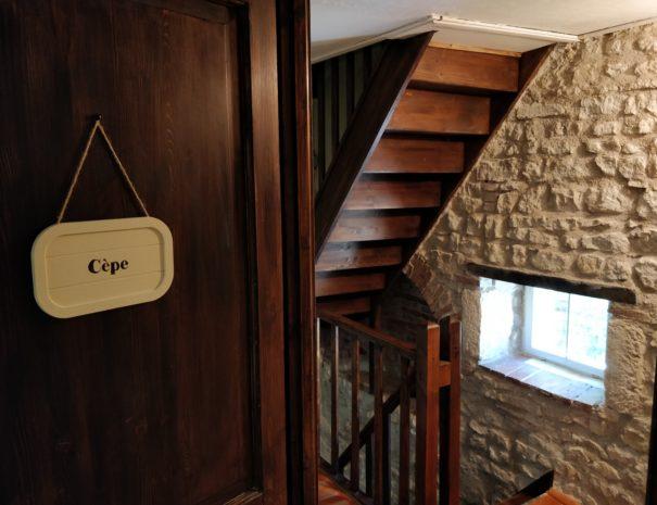 Vue sur les escaliers depuis la chambre Cèpe